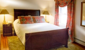 The Pinot Room - Queen Sleigh Bed with Private Bath